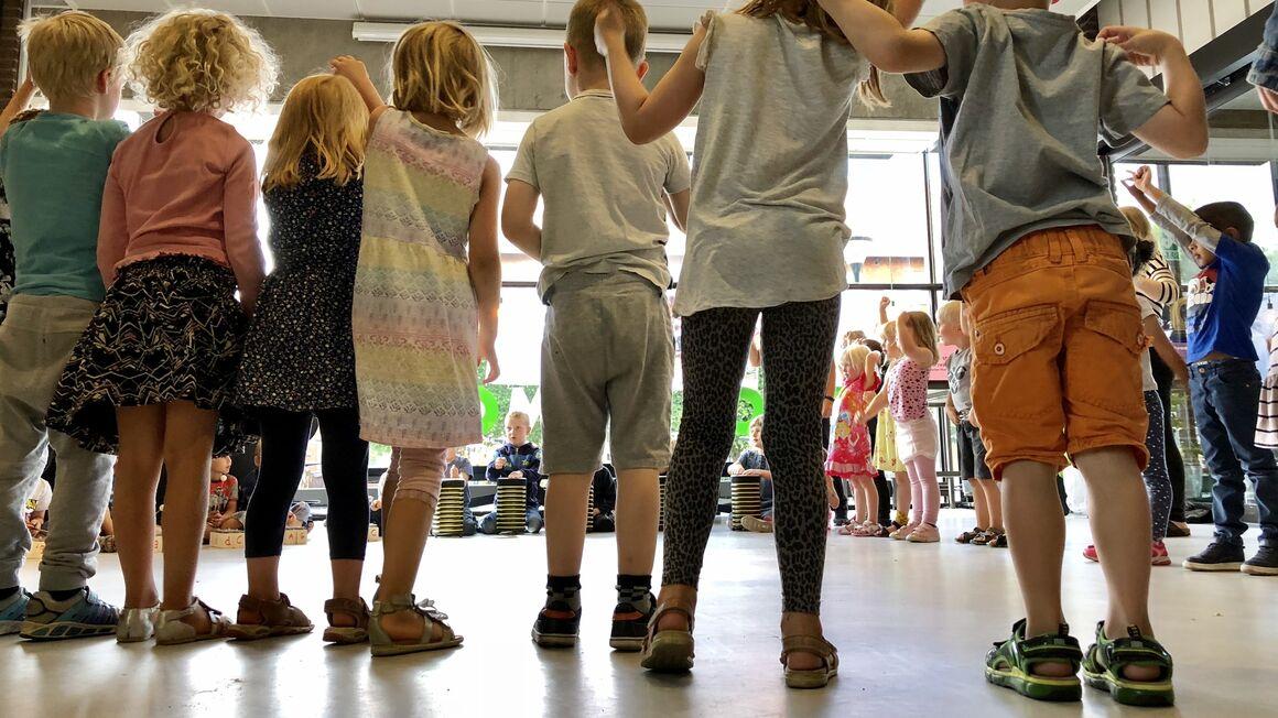 Små børn står op i rundkreds