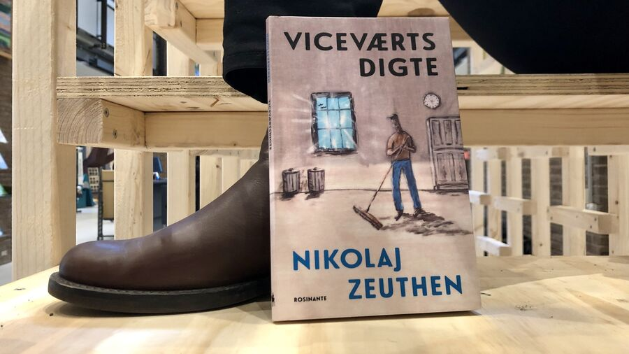"Digtsamlingen ""Viceværtsdigte"" på Herlev Biblioteks trappe-installation"